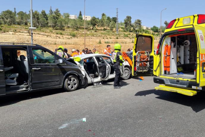 הרוג ושישה פצועים בתאונת דרכים בכביש 1