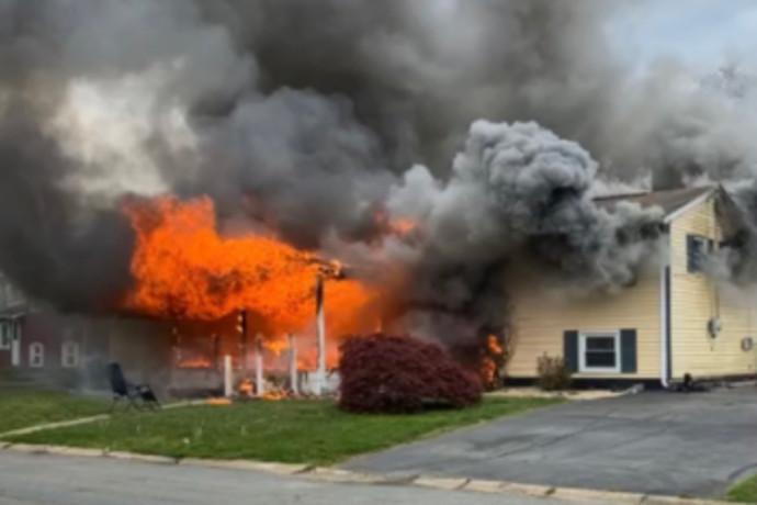 מחריד: הציתה את ביתה עם אנשים בתוכו - והתיישבה לצפות בשריפה משתוללת