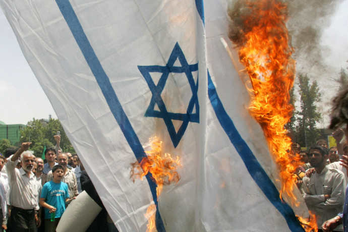 מפגין איראני הצית דגל ישראל - ונשרף בעצמו | צפו בתיעוד