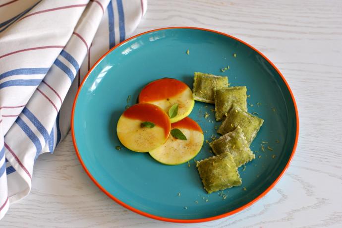 גם מנה פותחת וגם קינוח: מתכון כובש לבבות לרביולי תפוחי עץ בקרמל, דבש וקינמון
