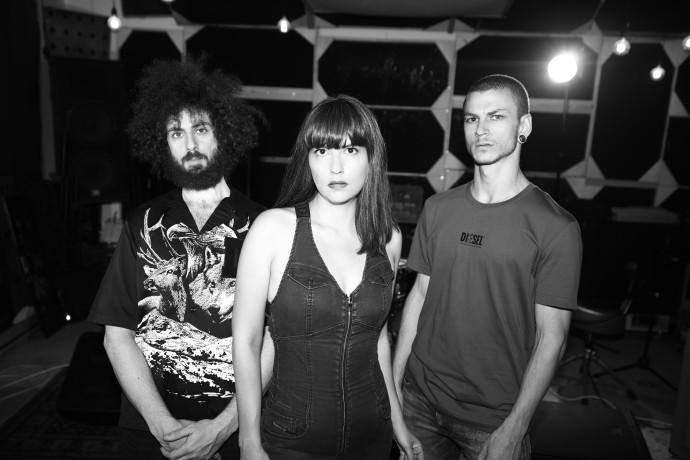 גיבורת גיטרה: תמר אפק משיקה אלבום חדש