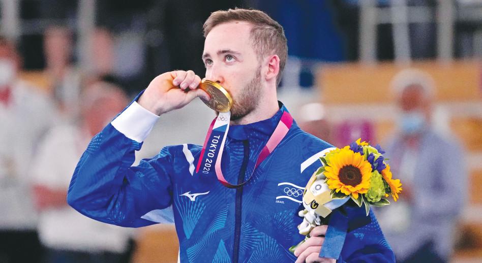 ארטיום דולגופיאט עם מדליית הזהב