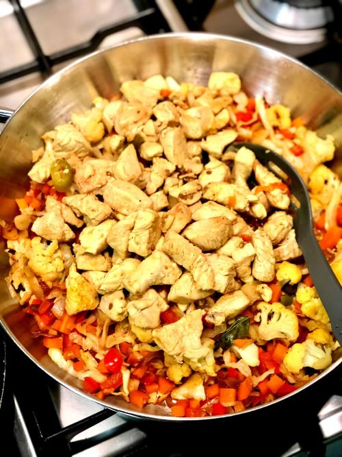 אורז עם ירקות וקוביות עוף