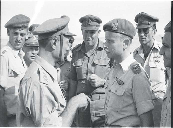מרדכי בר־און (משמאל) עם משה דיין