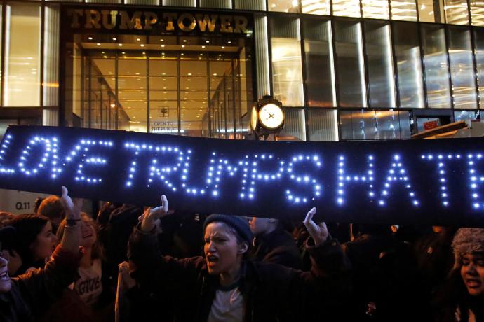 """""""אהבה מנצחת שנאה"""". אמריקאים מפגינים נגד טראמפ"""