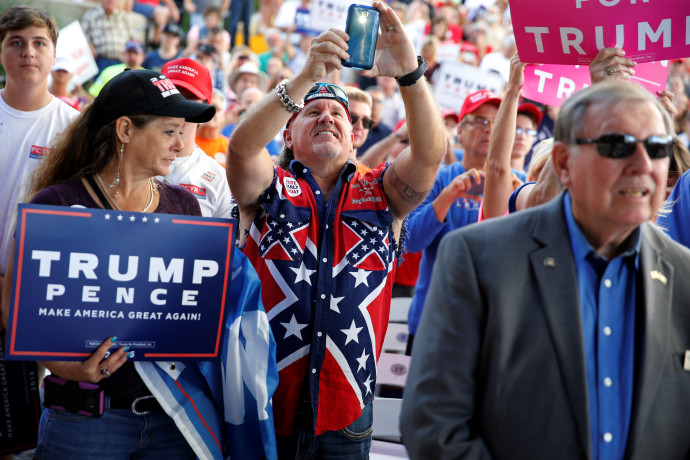 תומכי טראמפ בחולצת דגל הקונפדרציה