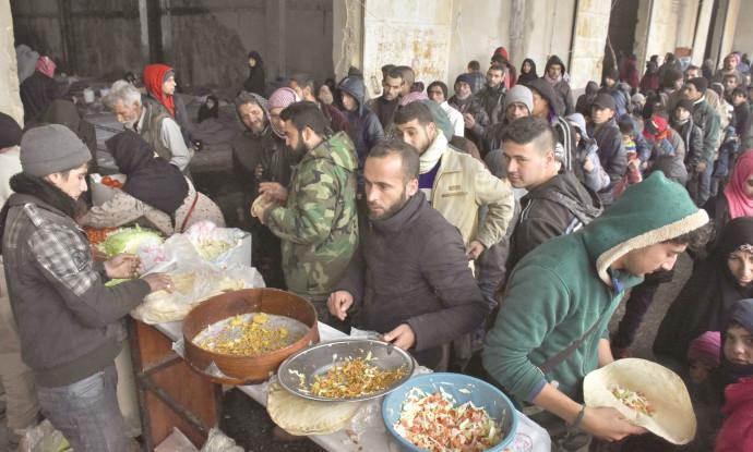 תור לחלוקת מזון בחלב שבסוריה