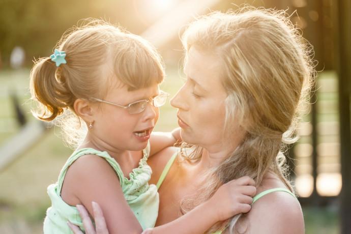 ילדה בוכה לאמא שלה, צילום אילוסטרציה