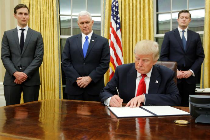 דונלד טראמפ חותם על הוראתו הנשיאותית הראשונה