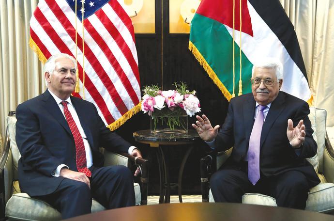 אבן מאזן (מימין) עם מזכיר המדינה רקס טילרסון