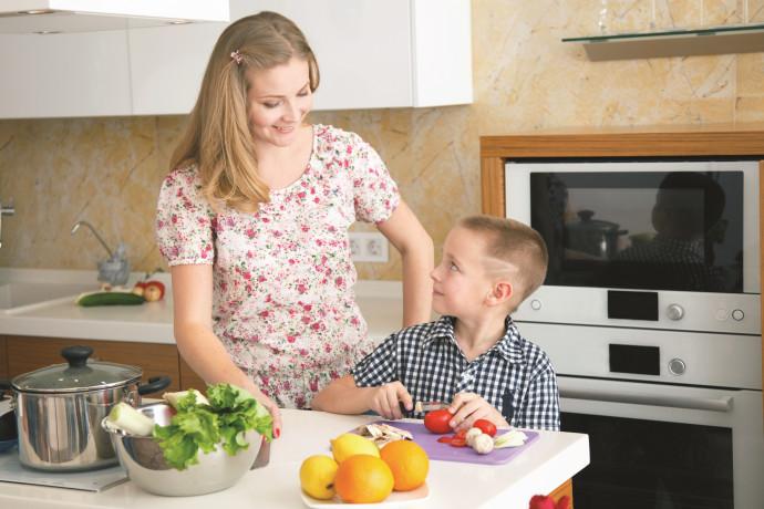 אמא ובן מבשלים