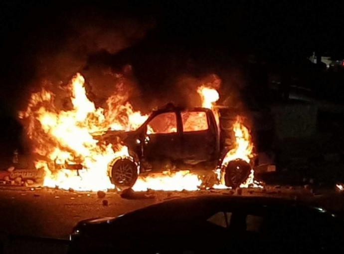 ניידת משטרה עולה באש בכפר קאסם