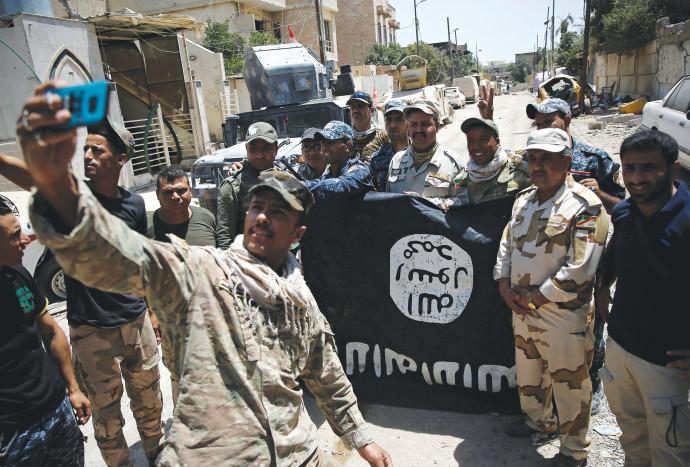 לוחמי הצבא העיראקי עם דגל דאעש