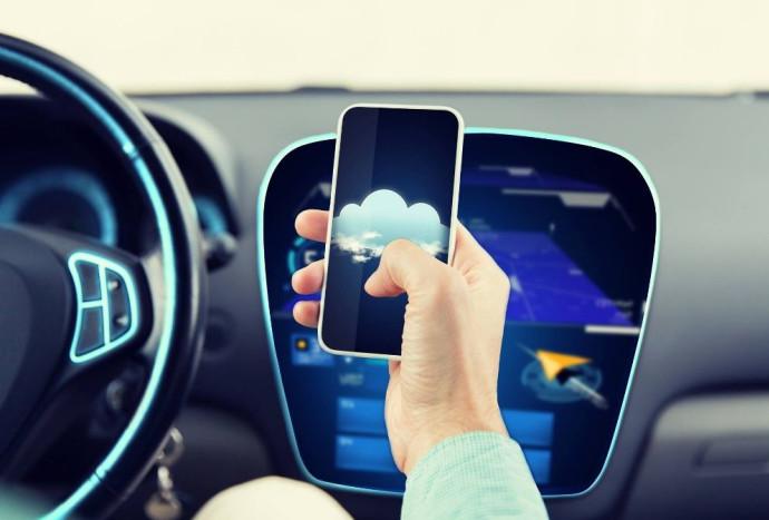 שימוש בפלאפון תוך כדי נהיגה