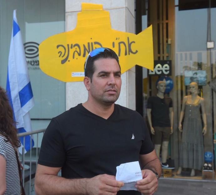 """מני נפתלי בהפגנה מול בית היועמ""""ש"""