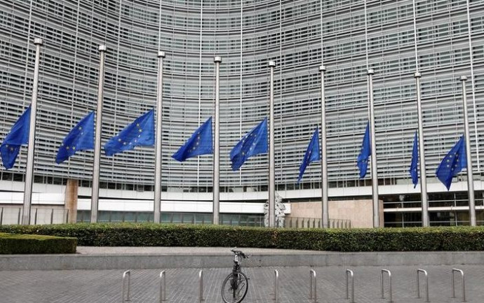 דגלי האיחוד האירופי הורדו לחצי התורן