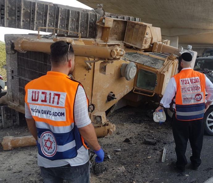 טרקטור נפל ממשאית בכביש 1