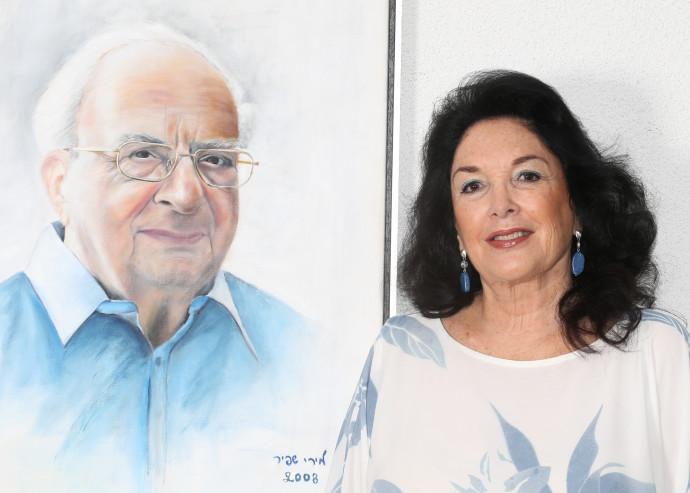 """מירי שפיר־נבון עם תמונת בעלה המנוח, הנשיא החמישי יצחק נבון ז""""ל"""