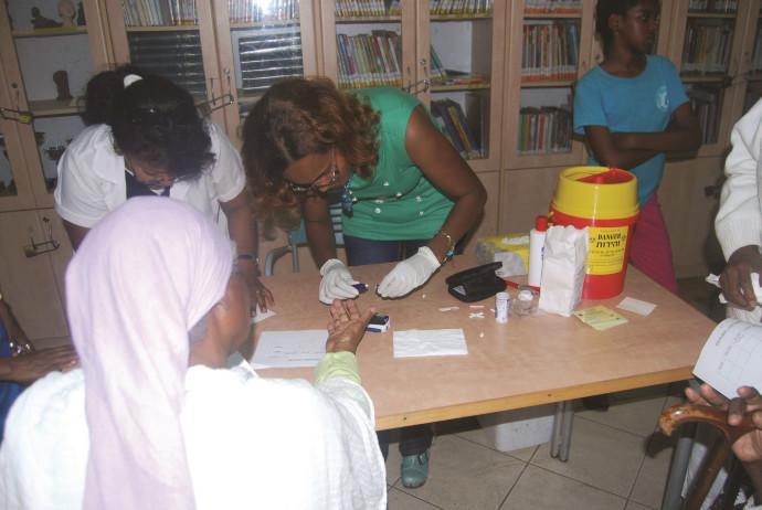 """בדיקת דם במסגרת יום בריאות שערכה עמותת """"טנא בריאות"""". למצולמים אין קשר לנאמר בכתבה"""