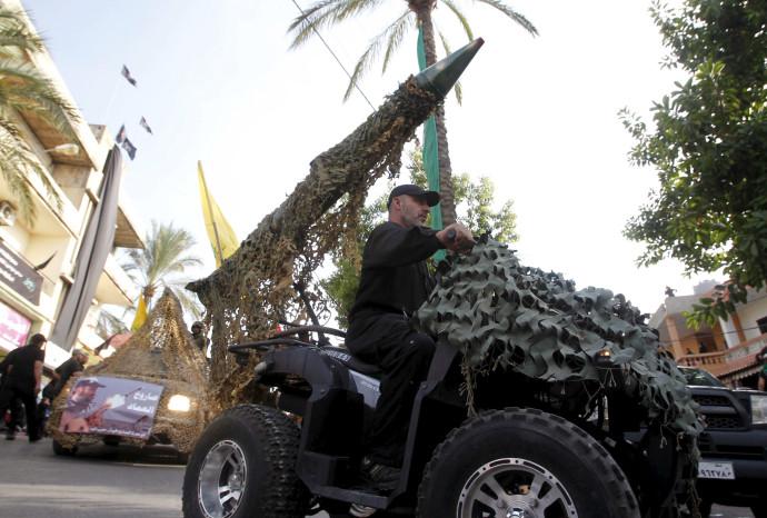 פעיל חיזבאללה נוהג ברכב שעליו מוצב טיל