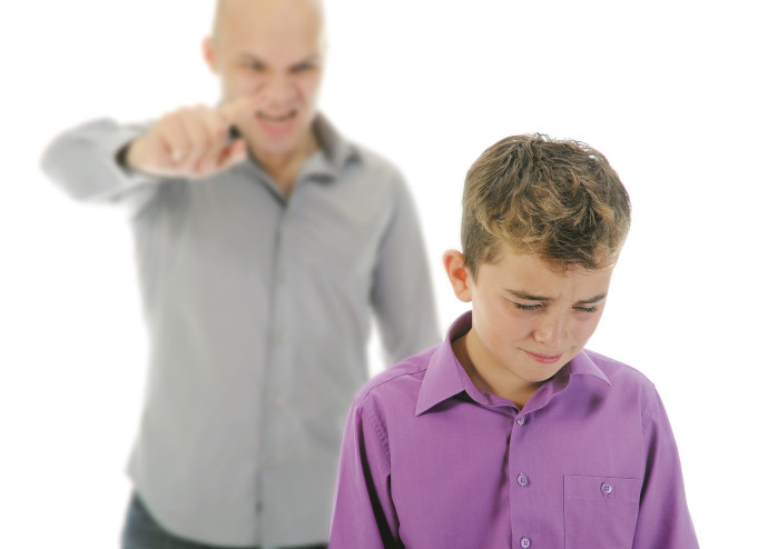 אבא כועס על ילד
