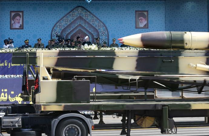 הצגת טיל בליסטי במצעד צבאי באיראן