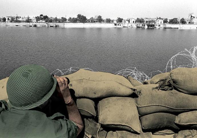 """חייל צה""""ל משקיף על התעלה  בין ההתשה לכיפור"""