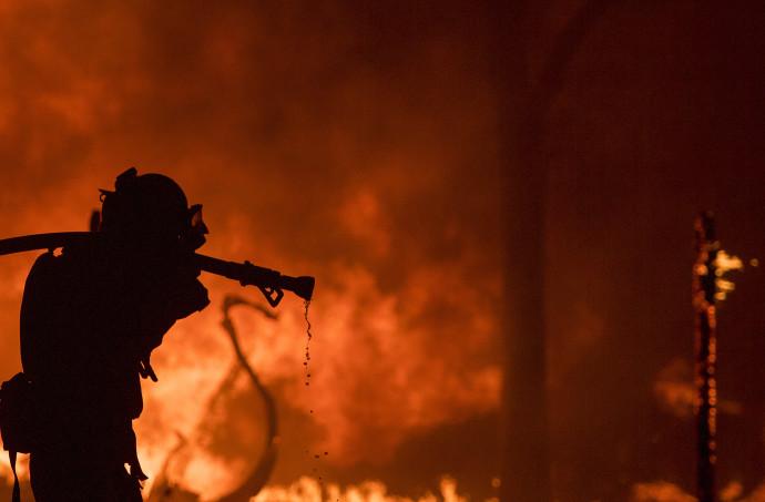 לוחם אש נלחם בשריפה