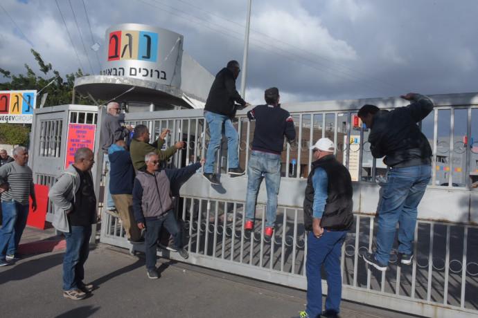 עובדי נגב קרמיקה מפגינים נגד סגירת המפעל