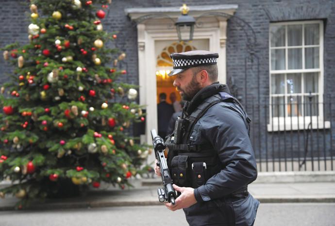 שוטר בריטי בדאונינג סטריט