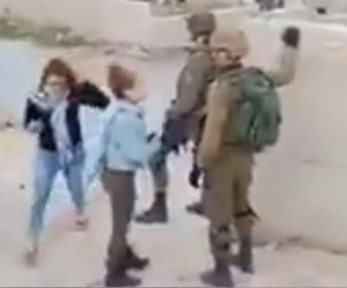 """נערות פלסטיניות תוקפות את חיילי צה""""ל"""