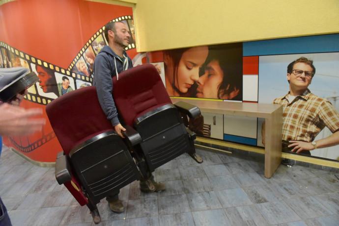 """כסאות שפורקו בקולנוע """"לב"""" בר""""ג"""