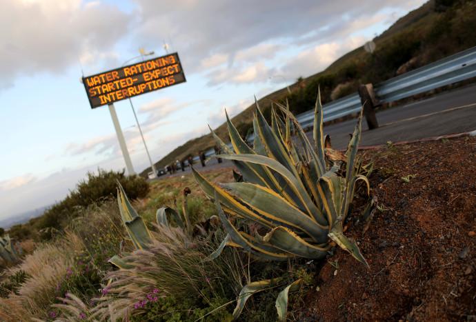 שלט המודיע על תחילת ההגבלות על צריכת המים בקייפטאון
