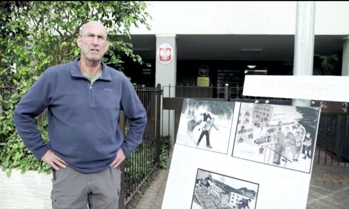 """איתן חורשתי, מחוץ לשגרירות פולין בת""""א"""