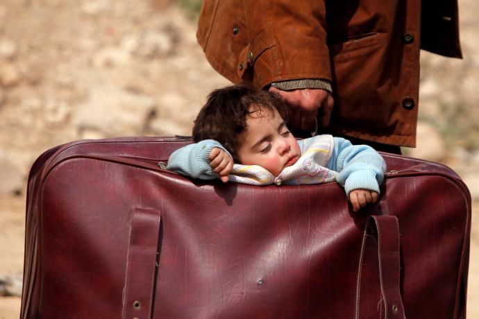 אזרחים נמלטים מהעיר ע'וטה שבסוריה