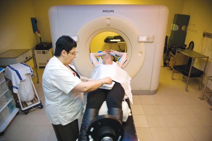 טיפול סי טי לאישה עם סרטן השד