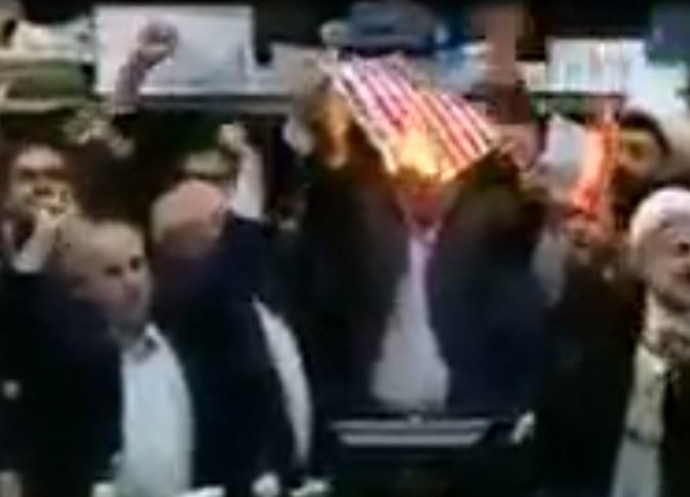 """חברי פרלמנט איראנים שורפים את דגל ארה""""ב"""