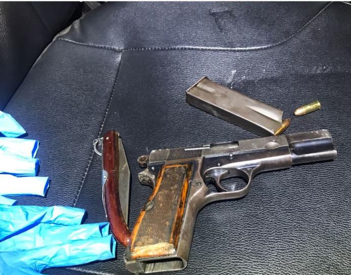 האקדח והסכין של המחבל