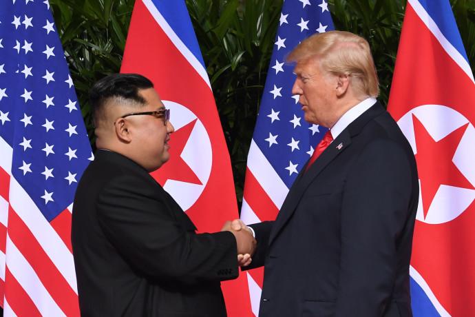 טראמפ וקים לוחצים ידיים