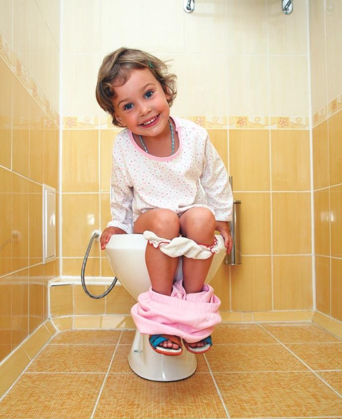 ילדה בשירותים