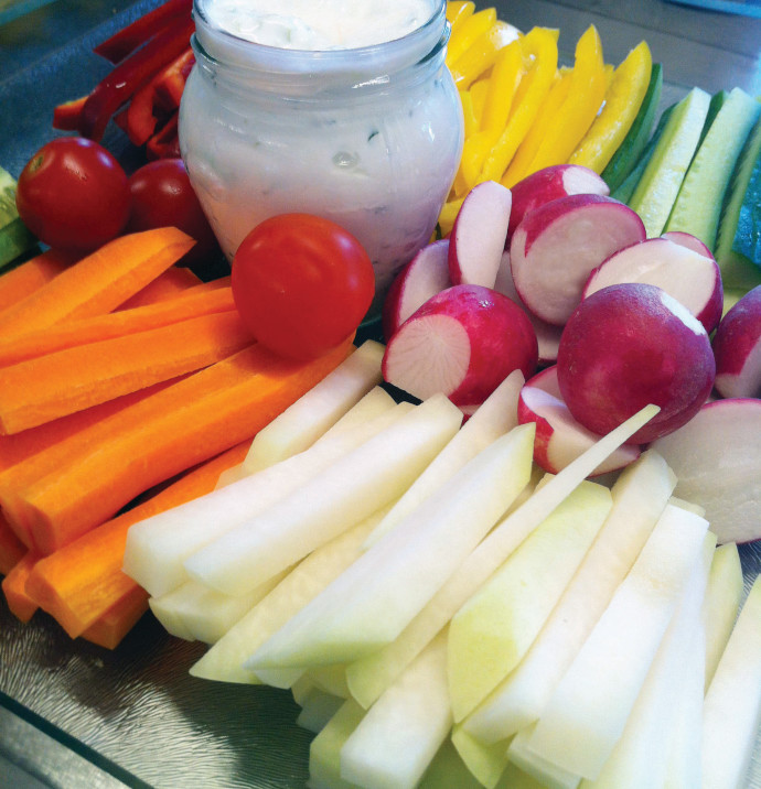ירקות פרוסים ומטבל יוגורט