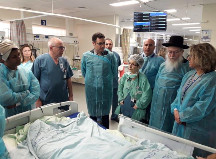 השר ליצמן בבית החולים בו נדקרה האחות