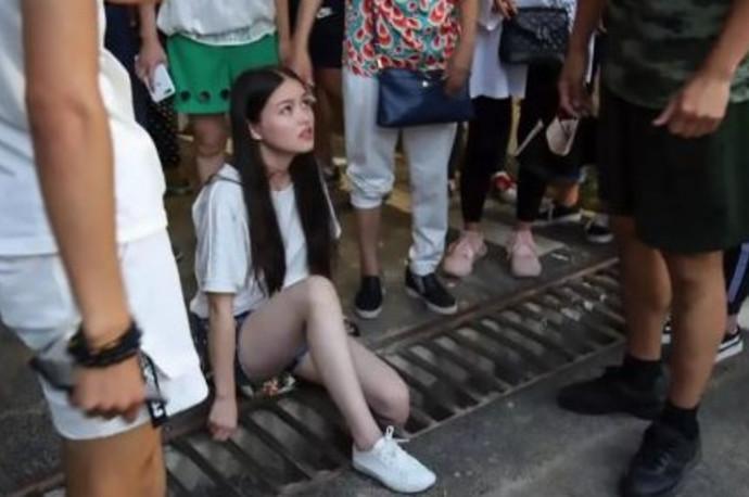 נערה חולצה לאחר שרגלה נתקעה