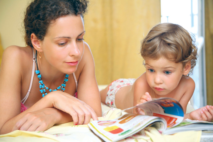 אמא מקריאה סיפור לילד, אילוסטרציה