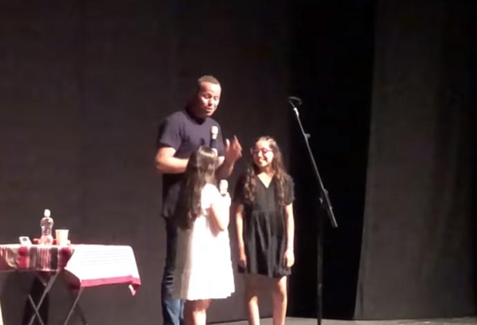 אדיר מילר עם בנותיו