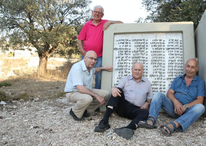משמאל: טרוסטלר (עומד), אשכנזי, אורלב ורונן באנדרטה לזכר חללי גדוד 68 ביער השלום בירושלים