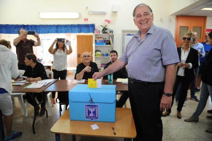 יונה יהב מצביע בבחירות מקומיות