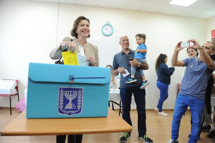 עינת קליש רותם מצביעה בחיפה