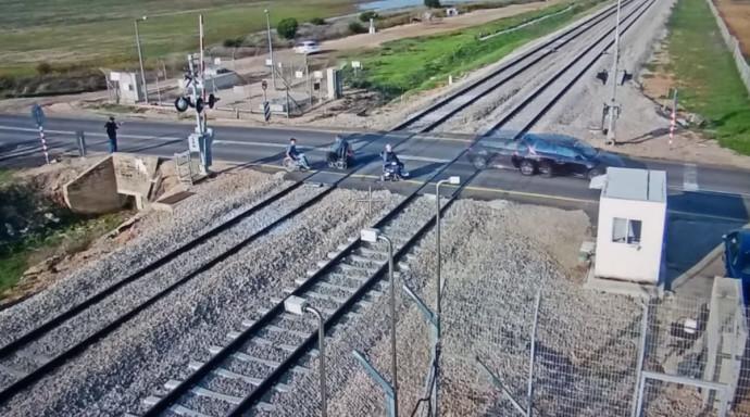 נכים חוסמים את מסילת הרכבת