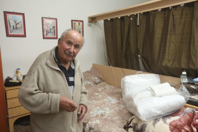 דוד לוי בדירתו בארמון הנציב